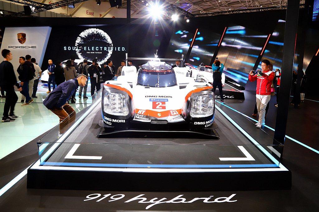 Porsche 919 Hybrid透過一具2.0L V4渦輪增壓汽油引擎,結合...
