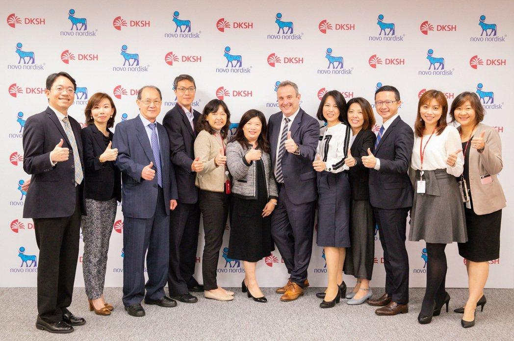 醫療保健事業單位副總裁張力文(左六)和台灣諾和諾德藥品總經理施伯菲(右六)帶領雙...