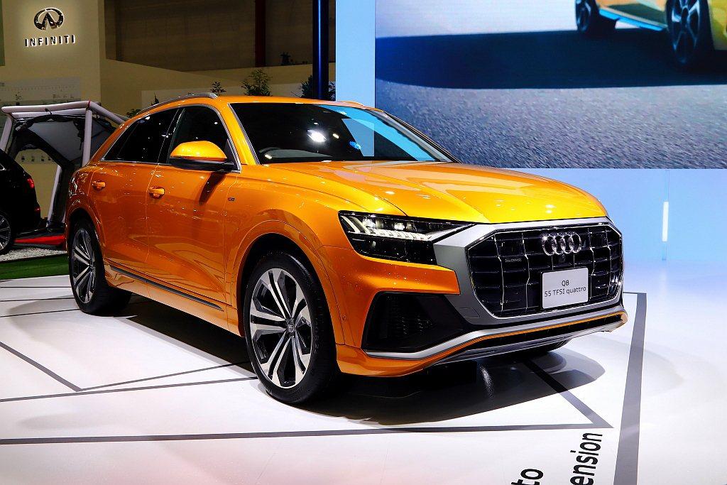 Audi Q8以全新世代的家族化設計語彙展開新篇章,結合Coupe轎跑流線輪廓與...