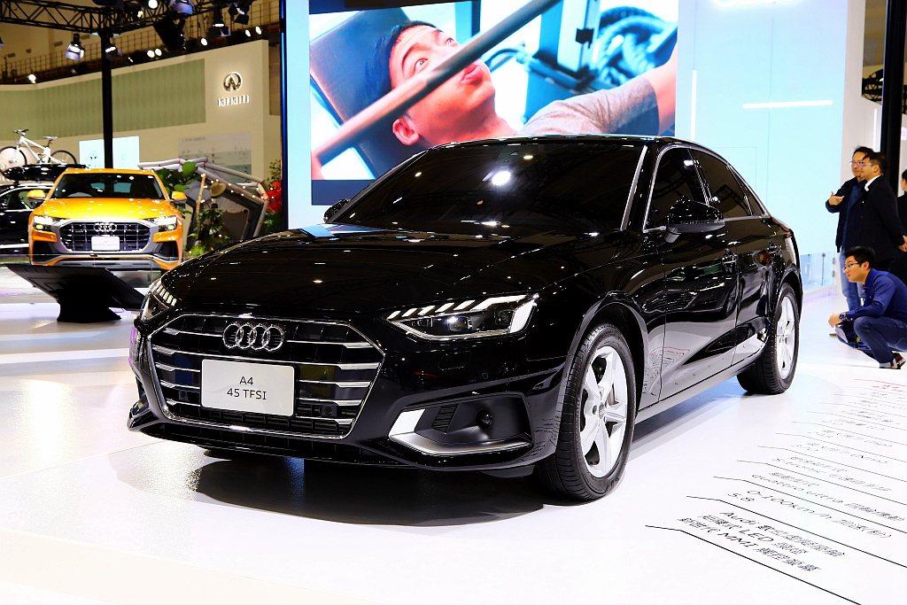 小改款Audi A4車頭面積更為寬大的單體式盾形水箱護罩,搭配前保桿下方刀鋒式的...