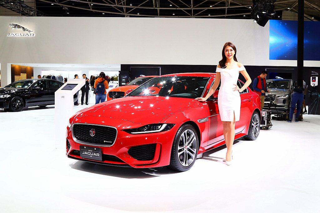 小改款Jaguar XE坐擁跑格全面進化的內、外裝設計,並且導入品牌劃時代尖端科...