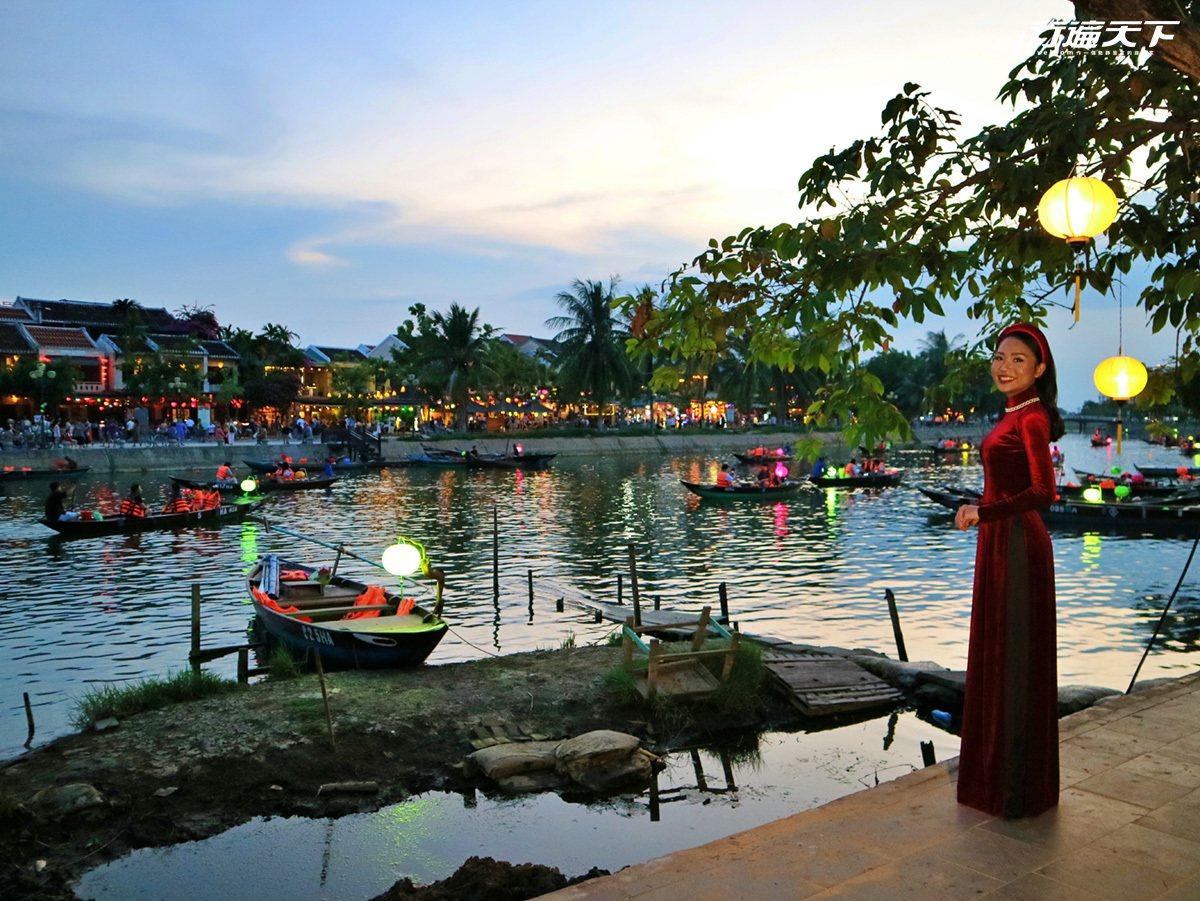 穿上越式傳統服飾奧黛在秋盆河邊拍寫真,是各國旅人最愛的體驗。