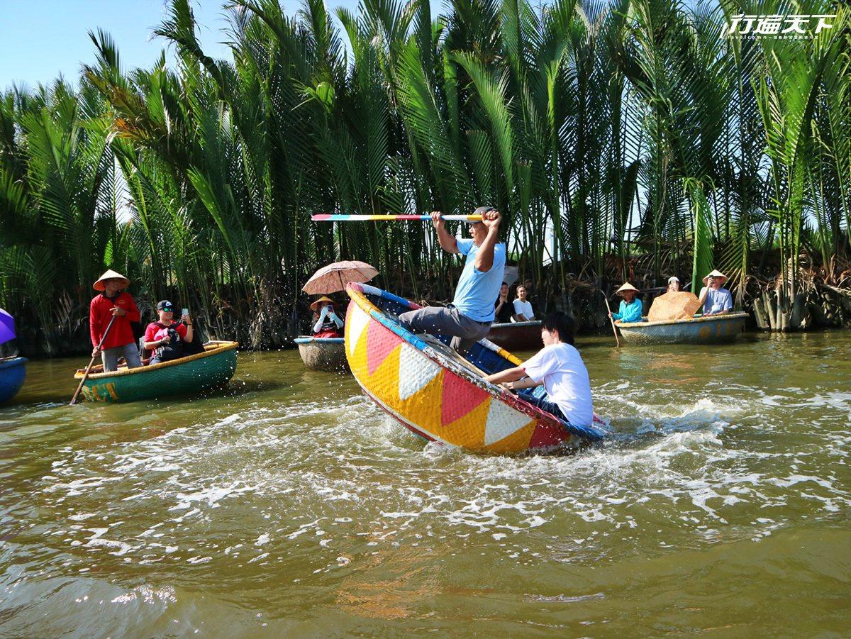 人力竹桶船的飆速旋轉極其刺激有趣。
