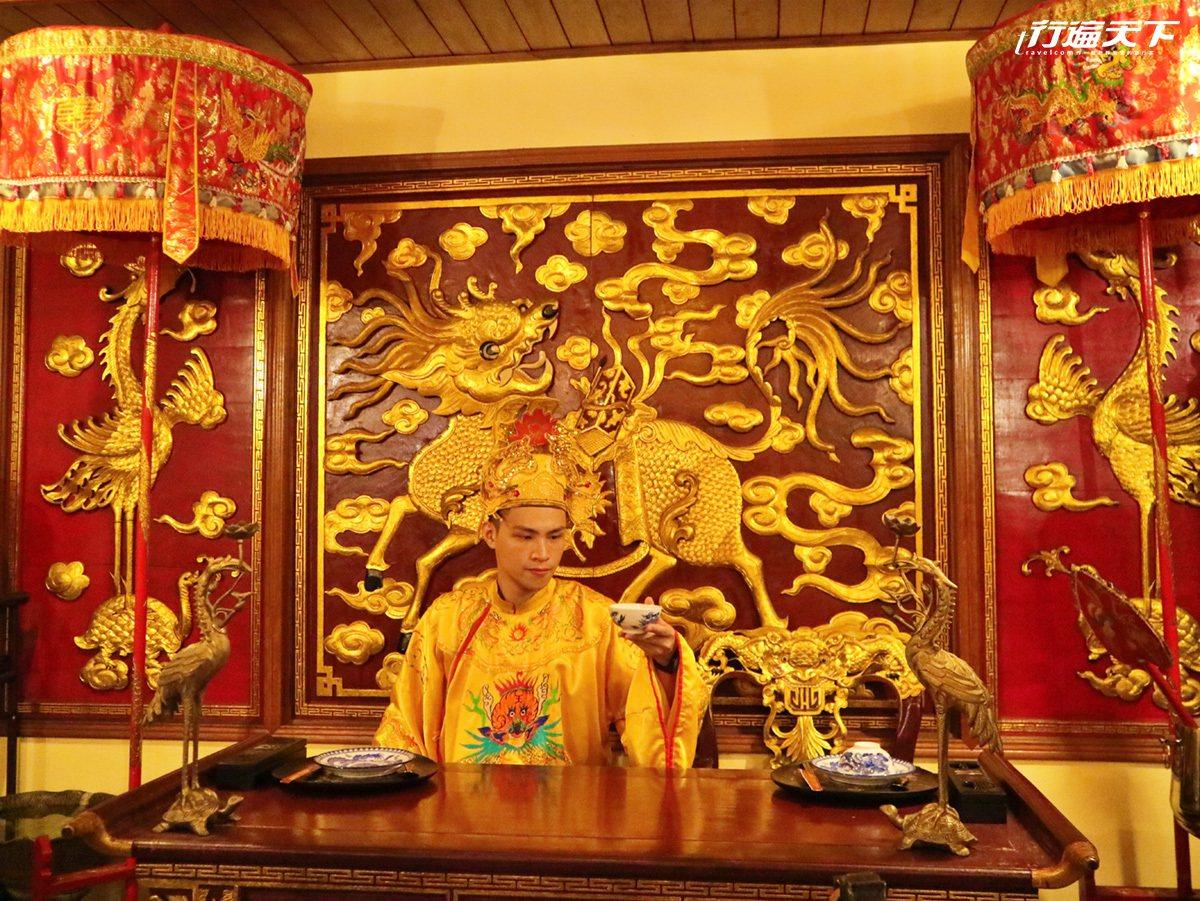 扮皇帝聽戲曲吃宮廷料理的上乘饗宴。