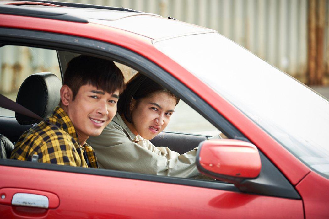 曾沛慈(右)與黃俊雄上演曖昧戲碼。圖/拙八郎提供