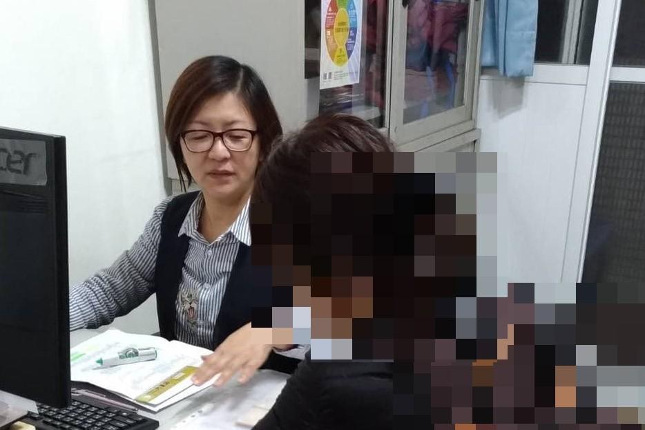 殘疾單身母親帶著年幼的兒子失業基隆就業中心説明找工作,重新開始生活……工作場所觀察 . . .生活