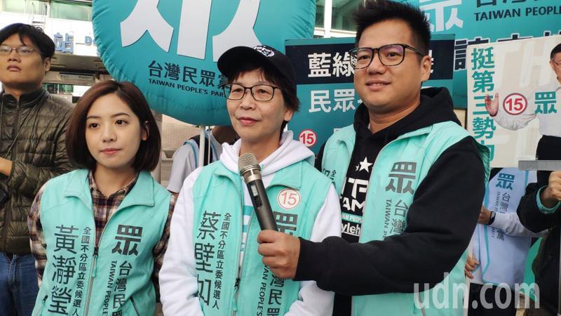 台灣民眾黨不分區立委候選人黃瀞瑩(左起)、蔡壁如、邱臣遠今天到雲林掃街拜票。記者李京昇/攝影