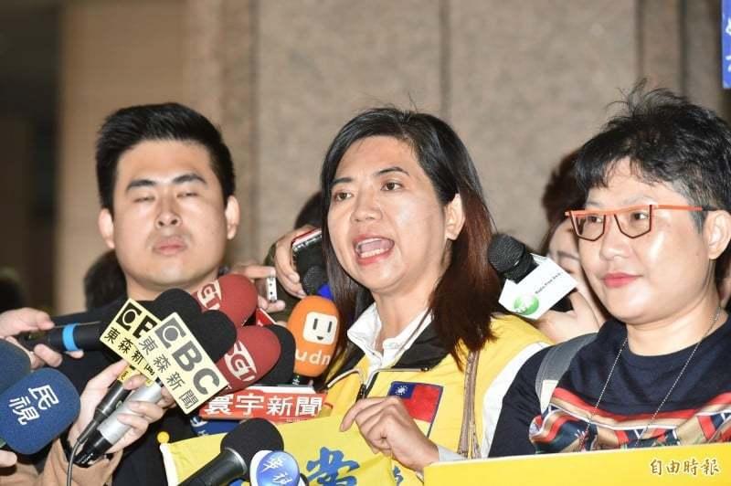 新黨不分區立委候選人陳麗玲(中)。取自臉書