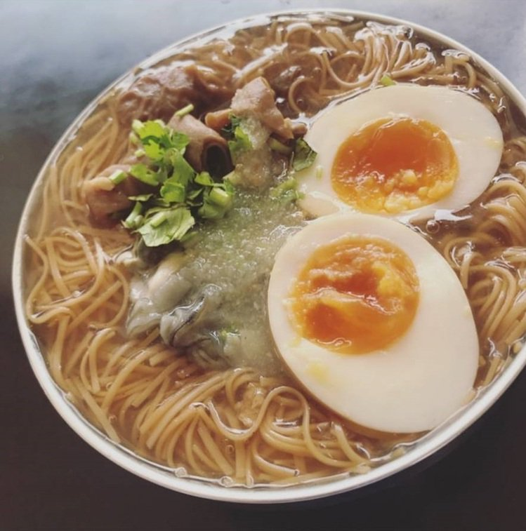 台中「今年貴焿」麵線古早口味,綜合麵線加糖心蛋受歡迎。圖/IG @u.hsuan...