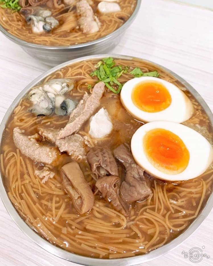 台中「今年貴焿」麵線古早口味,綜合麵線加糖心蛋受歡迎。圖/IG @x721105...
