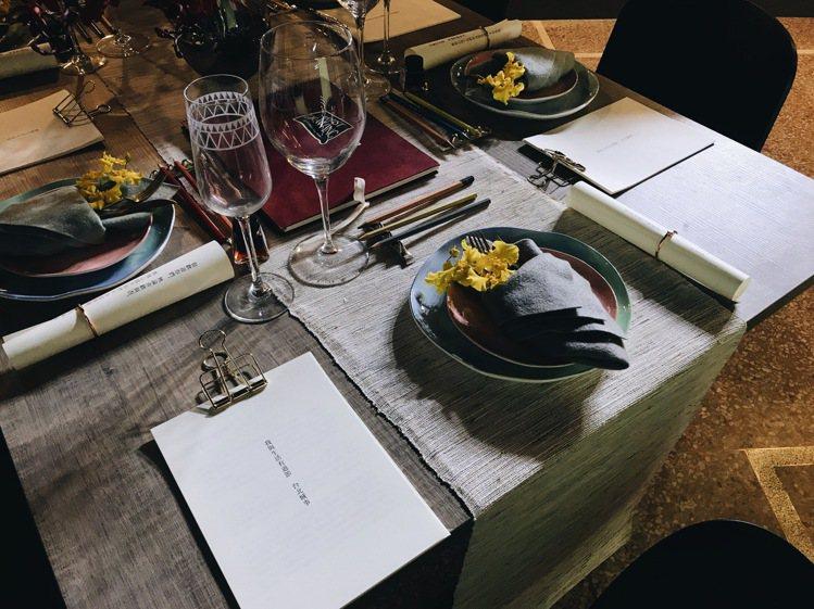 文字創作者李玥瑱以餐桌為中心,以文字呈現台北城事。記者江佩君/攝影