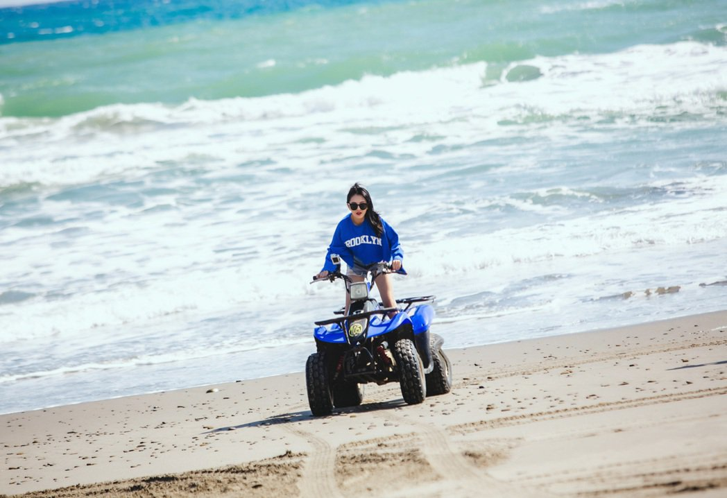 習譜予體驗海邊騎沙灘車,馳騁海岸線被粉絲封「逐浪女神」。圖/大藝未來提供