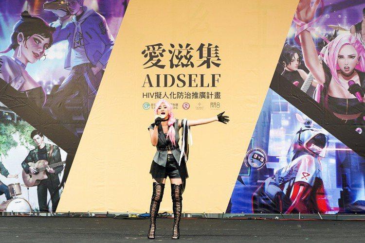 為了向年輕族群宣導防治愛滋病HIV的理念,台灣醫療科技整合學會將HIV病素擬人化進行防治推廣,讓愛滋病HIV病毒化身動漫角色Noyce,並推出擬人化樂團,今天記者會上,原民歌手高蕾雅戴上粉紅假髮,C...
