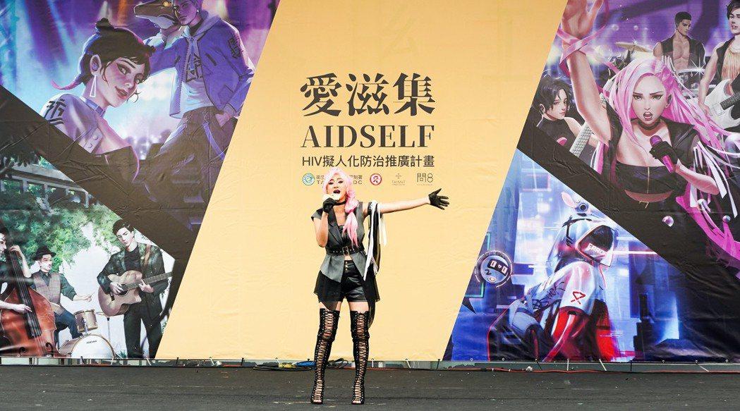 高蕾雅Cosplay「TasP樂團」主唱子嫻,飆唱「彩虹的方向」。圖/台灣醫療科