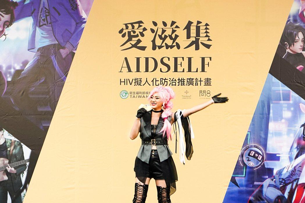 高蕾雅Cosplay「TasP樂團」主唱子嫻,飆唱「彩虹的方向」。圖/台灣醫療科...