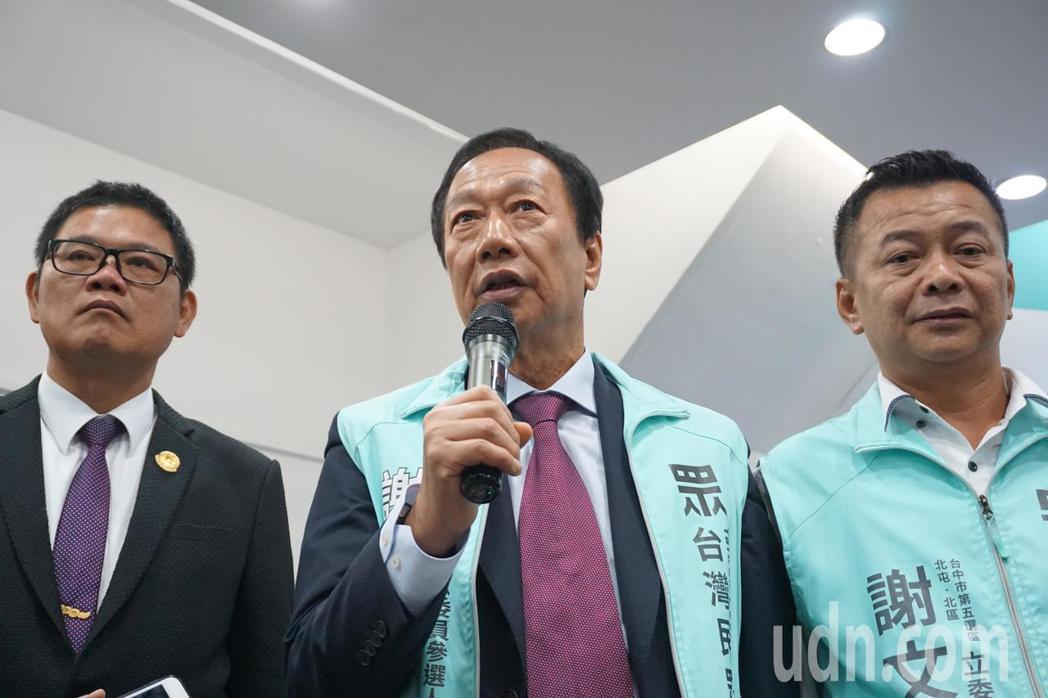 鴻海集團創辦人郭台銘今晚到台中助選,郭台銘說,他對選舉袖手不旁觀,「不過我是不會...