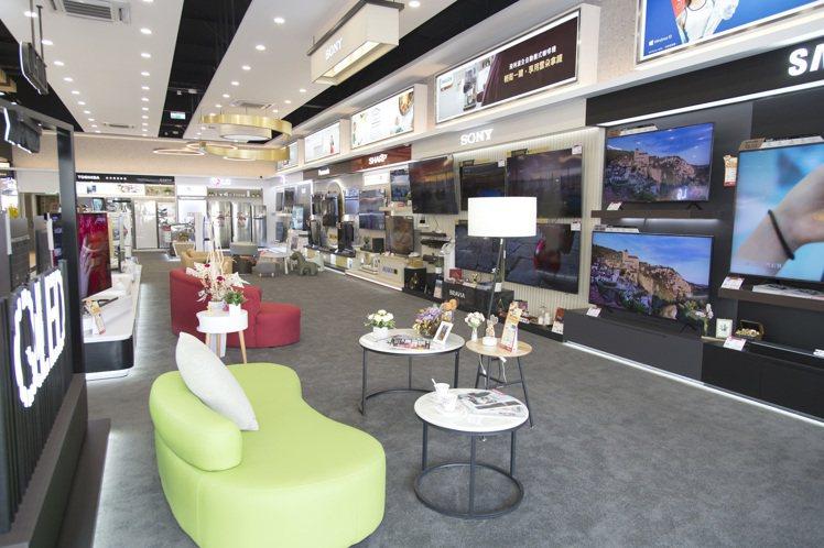 全國電子Digital City台南文賢店擁有近200坪的寬敞空間,規畫完整舒適...