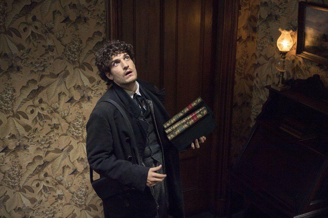 貝雅教授由法國文青男神路易卡瑞飾演。圖/索尼提供