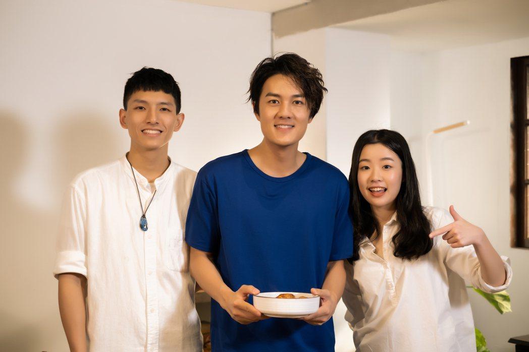 吳克群首度上網路節目通告,與主持人YANG(左)和HAO(右)相見歡。圖/混種時...