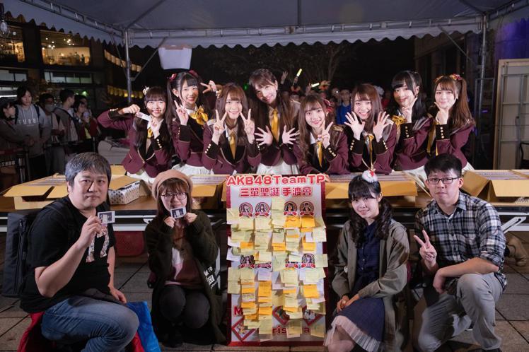 女團AKB48 Team TP日前於松菸四行倉庫舉辦第三張單曲「看見夕陽了嗎?」手渡會,親手將單曲拿給粉絲,現場湧入眾多鐵粉,當日銷量突破8000張;日前新公布的C位團員邱品涵,確定將於31日參加第...