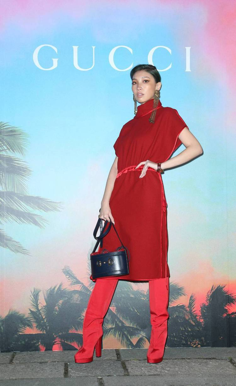 Karencici林愷倫穿酒紅色羊絨洋裝10萬5000元、高跟靴43,200元,...