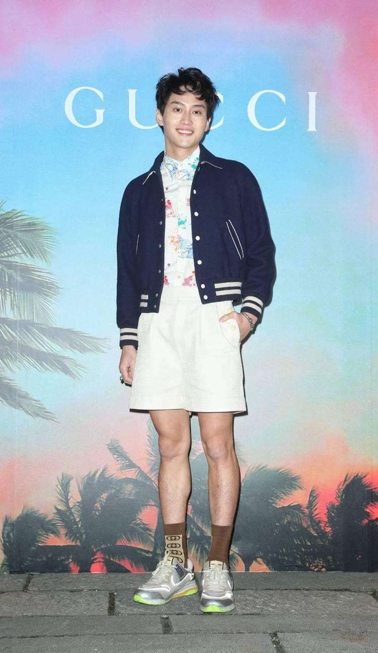 范少勳穿演繹刺繡羊毛氈夾克89,500元、米奇印花襯衫28,500元、象牙白棉質...