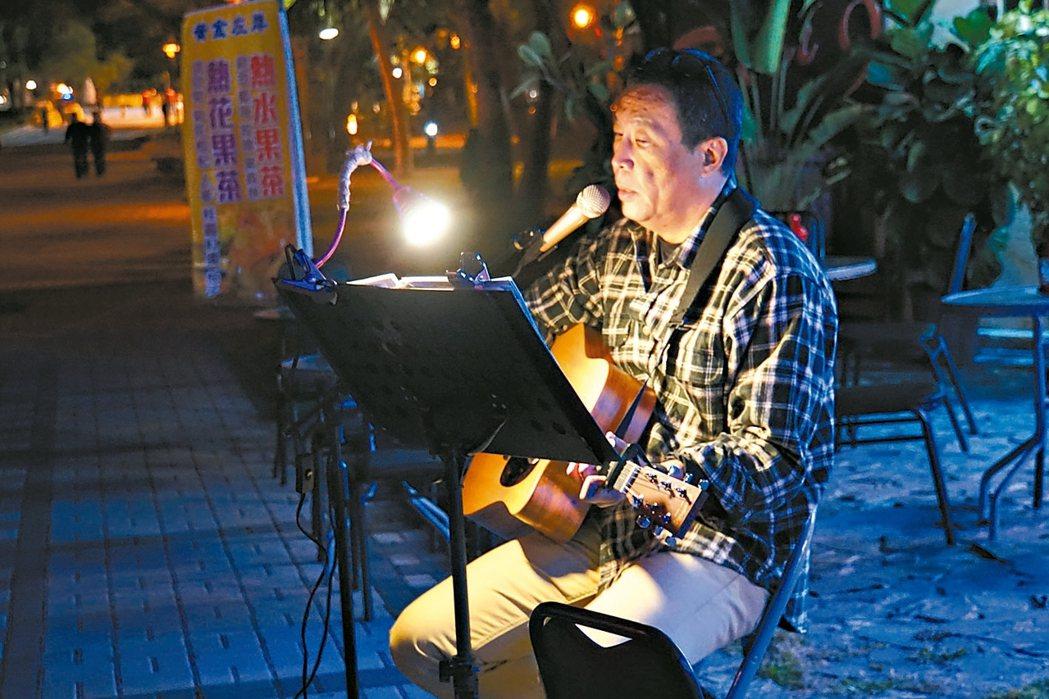 因為愛唱歌,田臨斌考上街頭藝人證照。 圖/田臨斌提供