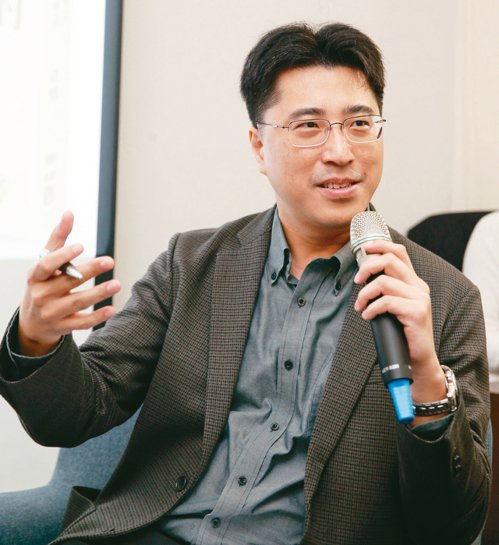 「料理.台灣」雜誌總編輯李承宇主持《橘世代周報》會員活動。 圖╱侯永全攝影