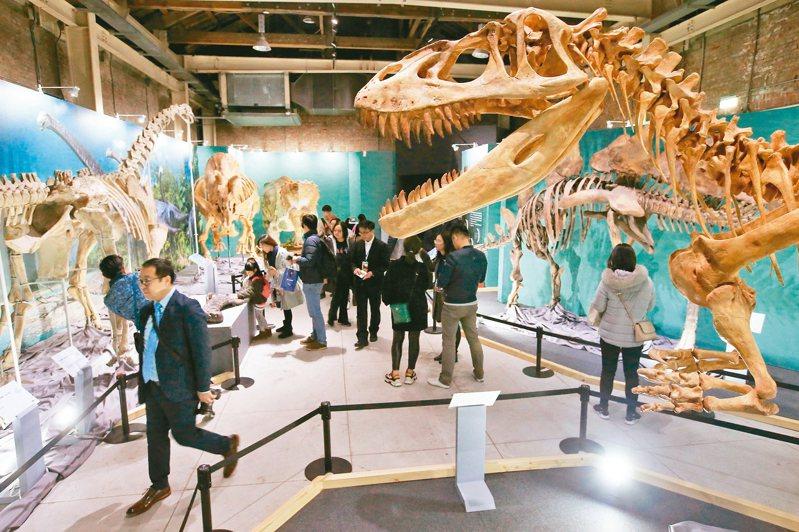 「超.大恐龍展」展出來自福井博物館的十七隻超大型恐龍骨骼。 記者林伯東/攝影