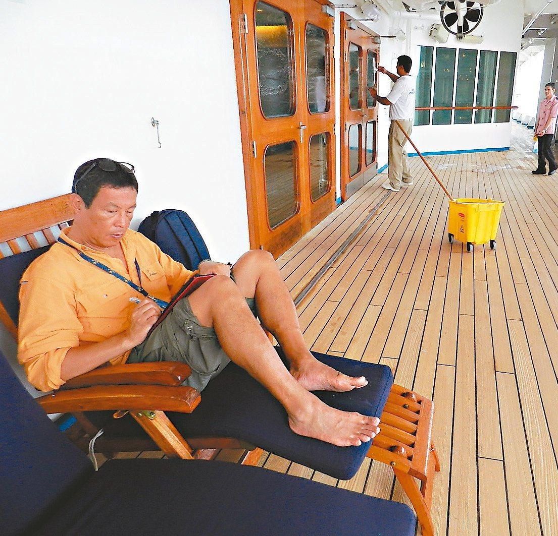乘著郵輪旅行,田臨斌不忘在甲板上爬格子。 圖/田臨斌提供
