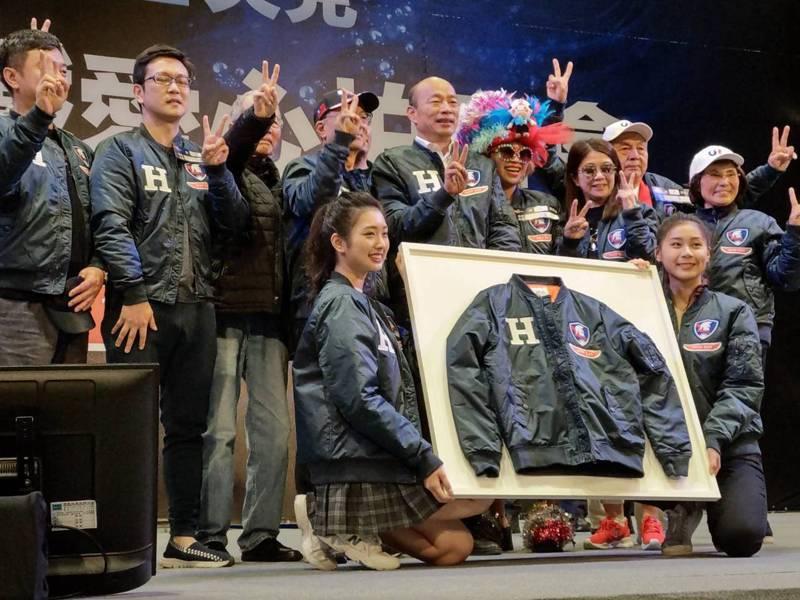 國民黨總統候選人韓國瑜今天義賣鋼鐵H外套,編號2020以80萬賣出。 記者劉宛琳/攝影