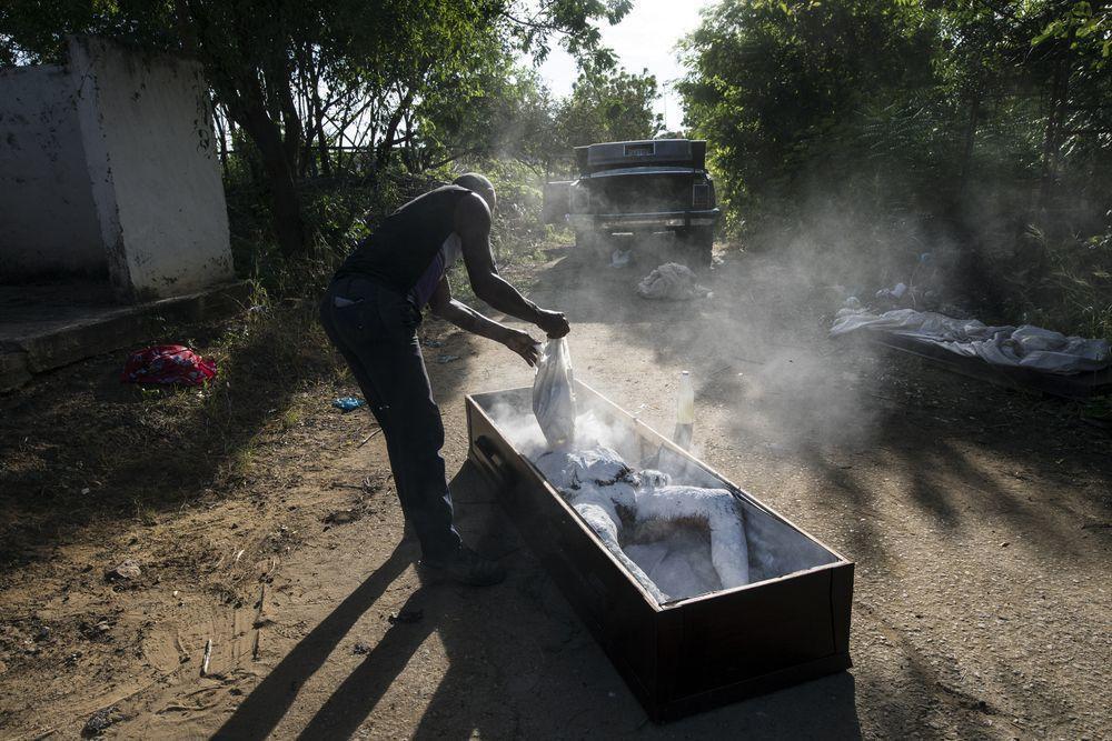 一名公墓工人正對賈西亞的遺體進行防腐處理。(美聯社)