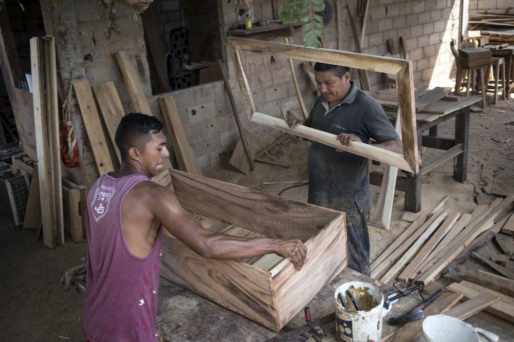 莫拉雷斯(右)跟員工一同製造簡易棺材。(美聯社)