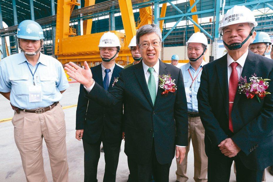 中鋼新廠房「興達海基」昨天舉行竣工典禮,包括副總統陳建仁(中)以及中鋼董事長翁朝棟(左)、經濟部長沈榮津(右)前來主持。 記者劉學聖/攝影