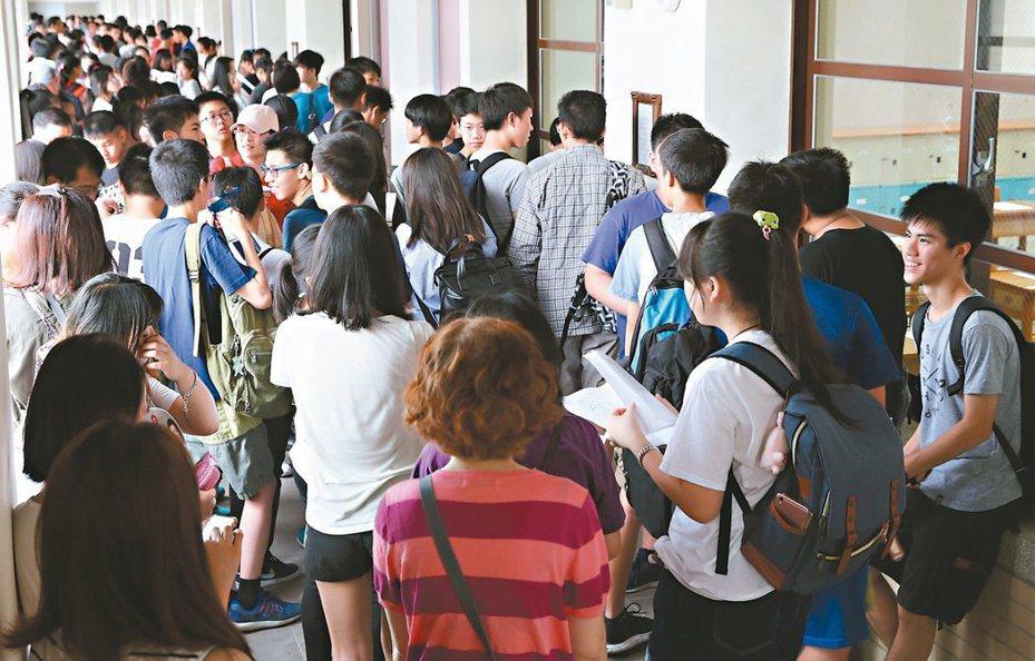 大考中心今天表示,109學年度學科能力測驗(學測)將於明年1月17日至18日舉行,總計有13萬3千多人報考,比去年少約5000人。 圖/聯合報系資料照片