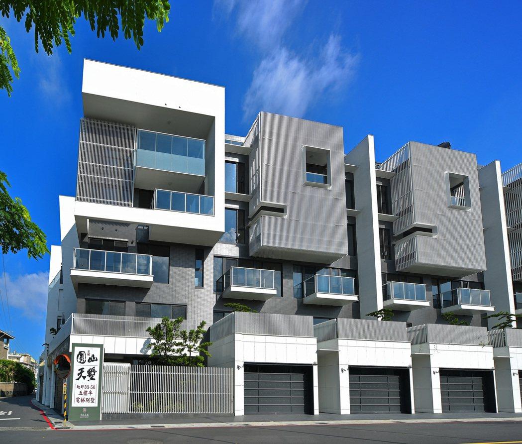 「圓山天墅」輕快明亮的白色幾何建築形體,銀白金屬格柵搭配立體灰與清透玻璃,框景自...