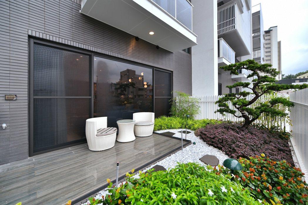 3米深的景觀陽台,並設置覆土植栽達三分之一面積的綠色通用空間。 圖片提供/京城建...