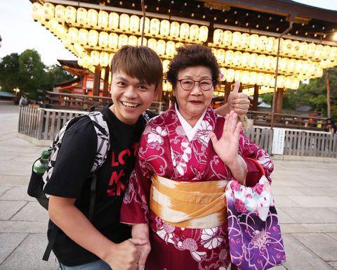 超人氣YouTuber蔡阿嘎和老婆「二伯」近日帶著82歲阿嬤去日本京都玩,完成「嘎嬤」人生心願,不過卻有網友用簡體字嗆阿嬤是「慰安婦」,這讓蔡阿嘎忍不住回嗆四個字!蔡阿嘎日前與家人帶著阿嬤去日本京都...