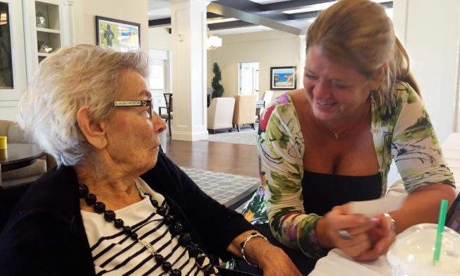 南西‧古斯塔夫森(右)是退休的歌劇歌手,她用耶誕歌聲喚起失智母親的記憶。(EMI...