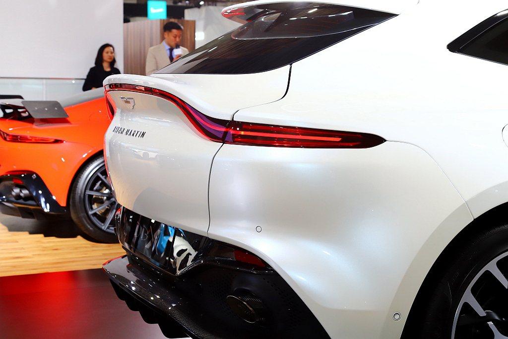 全橫幅尾燈設計靈感,則取材於新Vantage野性奔放的獵鷹展翅曲線,符合SUV設...