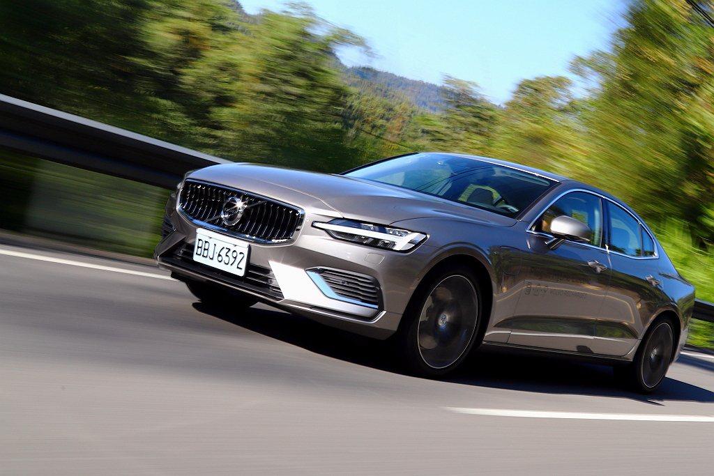 Pure節能駕駛模式下,電動馬達已有足夠的扭力驅動車輛,起步勿急躁重踩油門加速,...