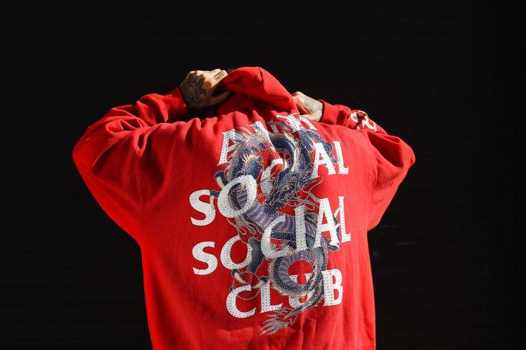 ED HARDY x ASSC紅色飛龍長袖帽T,售價7,680元。圖/微風精品提...