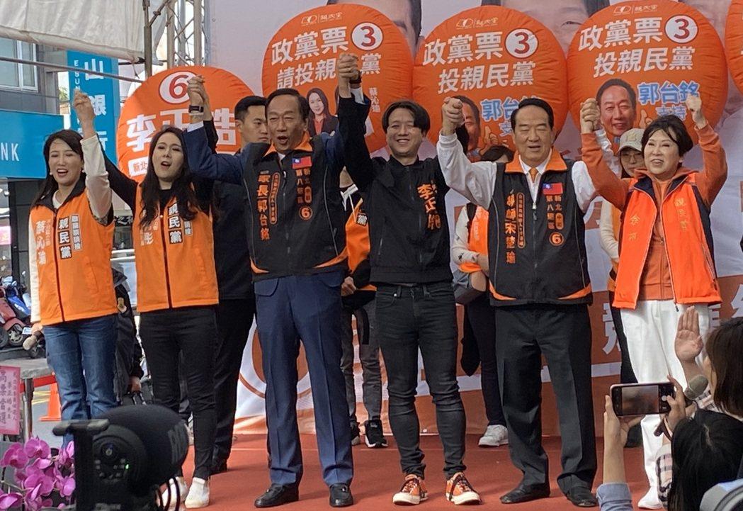 親民黨總統候選人宋楚瑜(右二)和鴻海創辦人郭台銘(左三),今天一同出席親民黨中和...