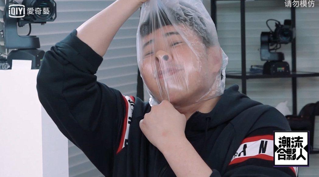 潘瑋柏為了搞笑用塑膠袋套頭。圖/愛奇藝台灣站提供