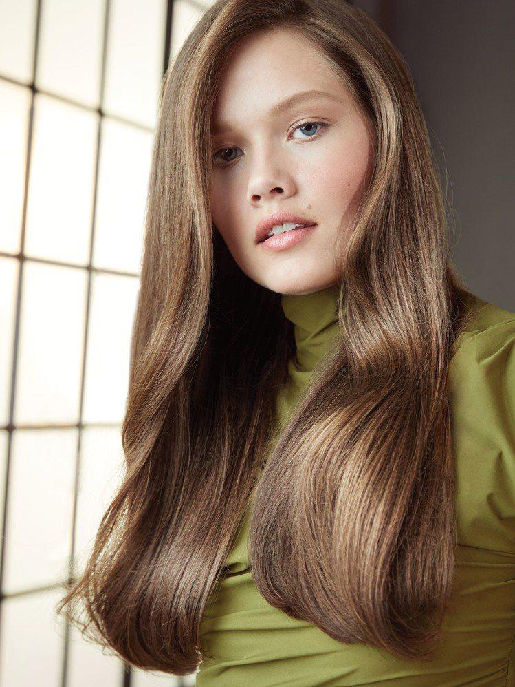 結合霧棕色及奶茶色調的「雲雀棕髮色」,獲選為Pantone 2020年度推薦色,...