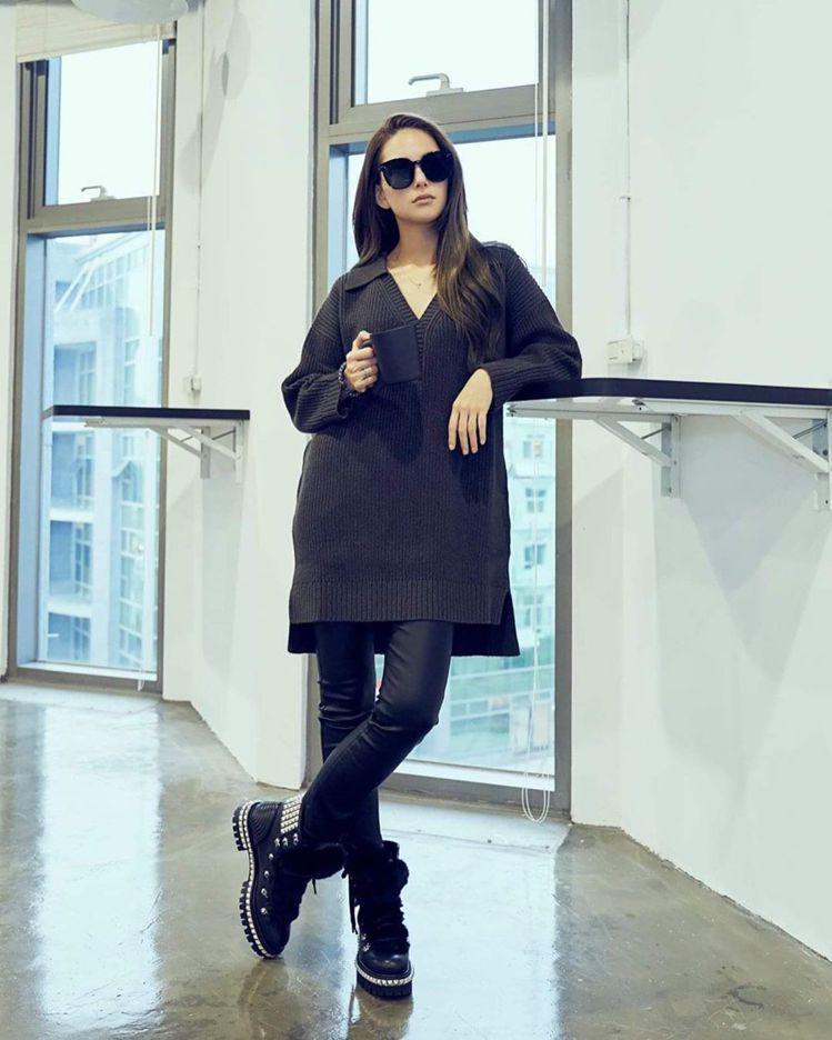 昆凌在IG常放上工作中的紀錄照片,Yeti Donna短靴售價62,800元。圖...