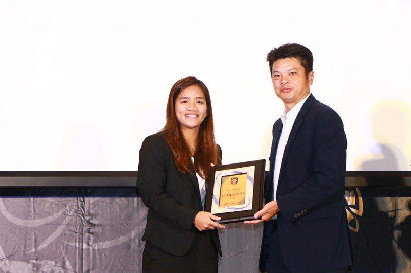 丁旗(左)摘下年度最佳女子球員獎。圖/中華足球協會提供