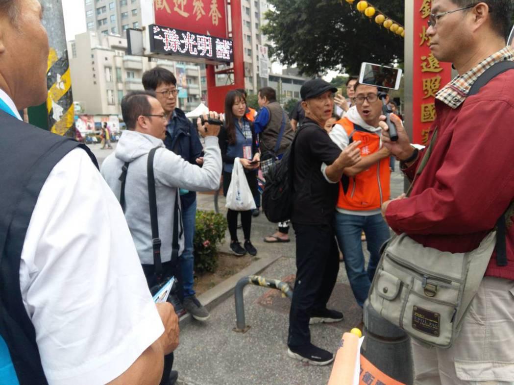 親民黨立委候選人蘇博廷(右二,穿橘色衣服)認為好不容易找郭台銘來站台,簡不應該對...