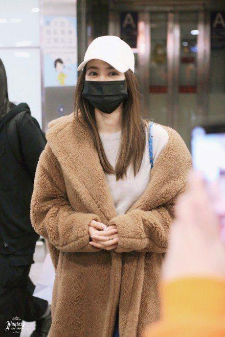 蔡依林在北京機場身穿Max Mara駝色泰迪熊大衣,售價15萬8,800元。圖/...