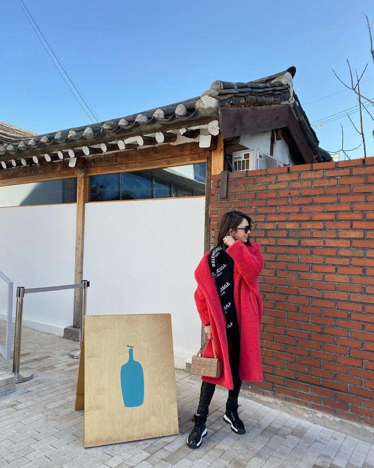Melody身穿珊瑚紅Max Mara泰迪熊大衣15萬0,800元,在首爾旅行。...